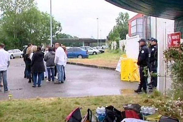 Castelsarrasin (Tarn-et-Garonne) -  Les Spanghero devant l'entrée de l'usine Labeyrie avec les forces de l'ordre - 10 juin 2013.