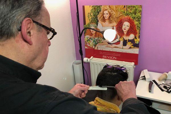 Alain Delcourt, coiffeur à la retraite, n'a pas perdu la main.