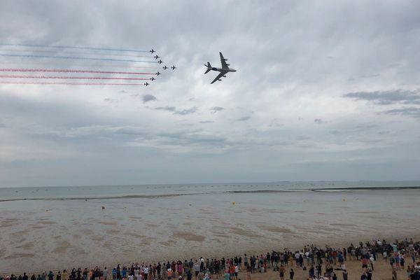 La patrouille de France et l'Airbus A380 survolent la plage de Jullouville devant 150 000 personnes, dimanche 4 août 2019.