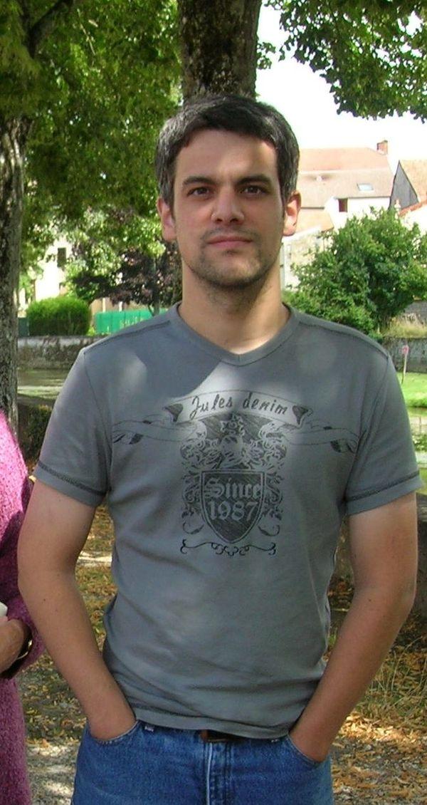Nicolas Grenoville travaillait à France Télecom à Besançon. Il s'est suicidé en août 2009.