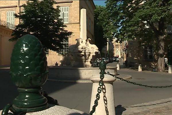 L'emblématique Fontaine des 4 Dauphins, privée de sa pomme de pin au sommet, à Aix-en-Provence.