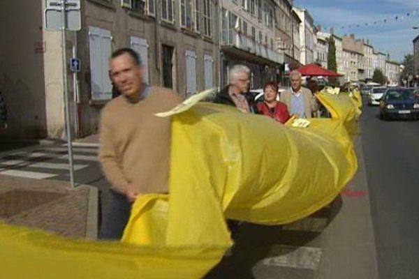 Une chaîne humaine portant une banderole de 156m de long, soit la hauteur d'une éolienne, a manifesté dans les rues d'Issoire son opposition au projet éolien prévu sur le plateau de Pardines.