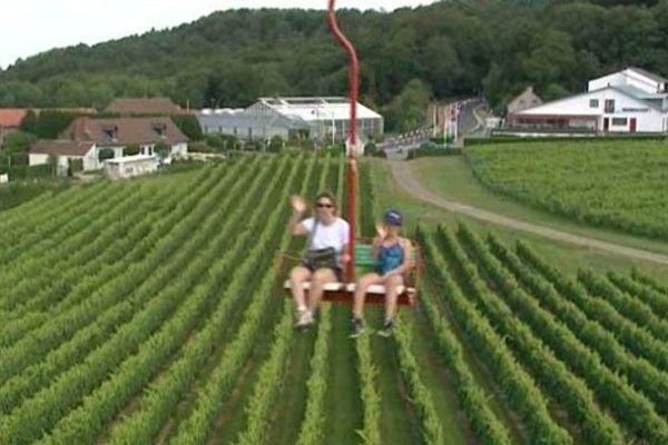 Le télésiège du Mont-Noir, au-dessus des vignes.