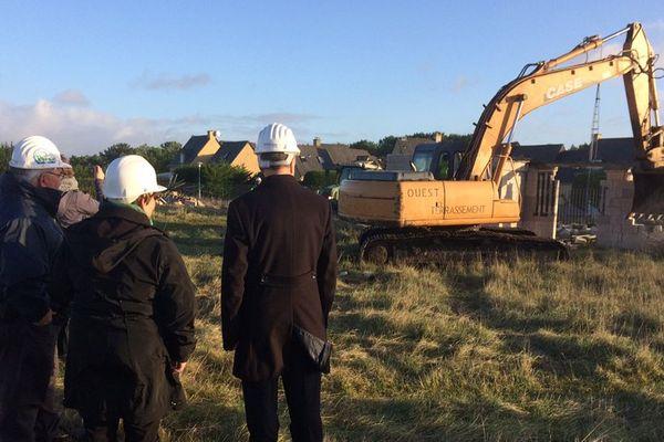 Les engins de chantier ont entamé la destruction du village fantôme de Pirou ce mardi 22 novembre