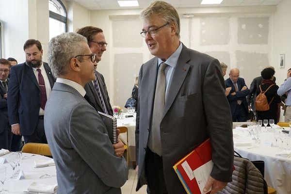 Un représentant de la maison Nicolas Feuillate et Jean-Paul Delevoye, haut-commissaire aux retraites, ce vendredi 25 octobre à la sous-préfecture d'Epernay