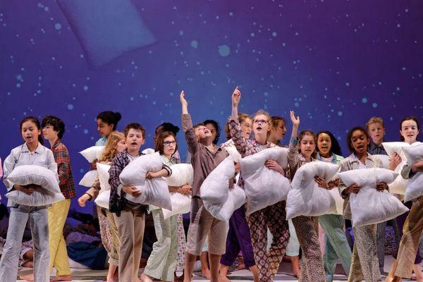 """Initié en 2015, sur les planches de l'Opéra de Limoges en 2017,  """"De Cendre et d'or"""", est un projet participatif autour de Cendrillon, rassemblant plus de cent enfants de la ville de Limoges. La création peut se regarder en ligne sur le site internet de l'Opéra de Limoges."""
