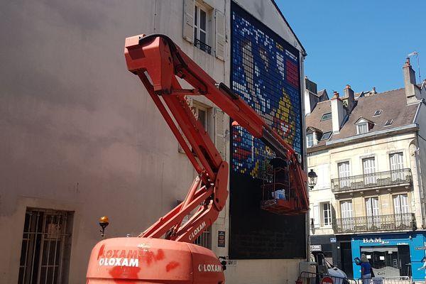 Speedy Graphito est le premier artiste invité à prendre possession du M.U.R de Dijon, situé à l'angle des rues Jean-Jacques Rousseau et d'Assas