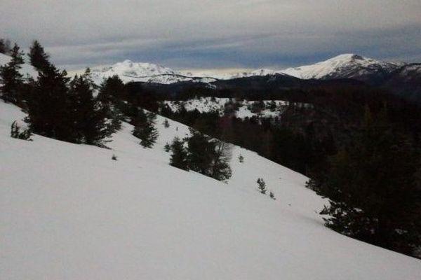 Camurac est située entre 1600 et 1800 mètres d'altitude, à la limite de l'Aude et de l'Ariège