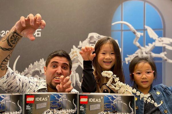 Jonathan Brunn, en compagnie de fans de LEGO, en Chine, lors d'une de ses séances de dédicaces.