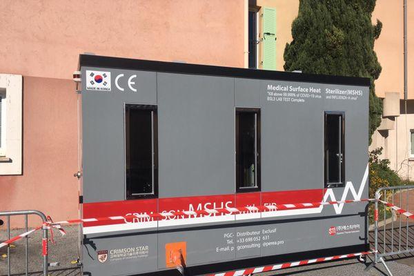 L'EHPAD La Roque à Figanières a installée une cabine de désinfection des virus pour les visiteurs et le personnel de l'établissement.