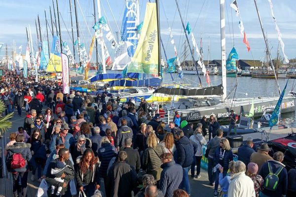 Grande affluence du public sur les quais à Saint-Malo.