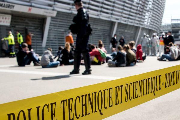 La police technique et scientifique déployée devant le Stade Pierre-Mauroy au cours d'un exercice. Photo d'illustration.