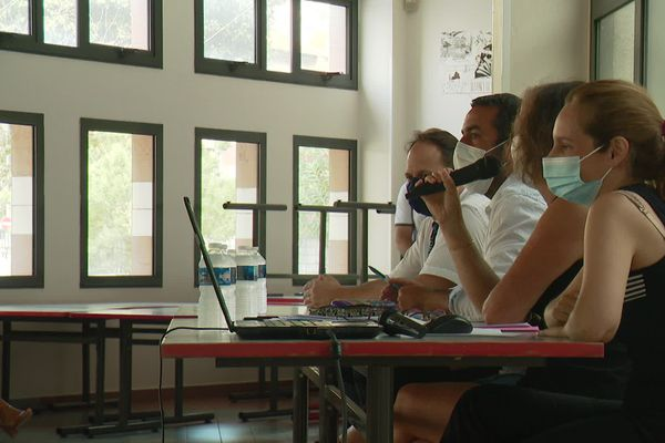 Le lycée Guillaume Apollinaire, à Nice, accueillera à partir de ce mardi 1er septembre ses 1300 élèves. 24 heures plus tôt, la rentrée des enseignants a été l'occasion de faire le point sur le protocole sanitaire qui s'appliquera à tous pour faire barrage à la Covid-19.