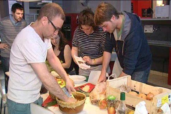 Une fois par mois, l'association organise des cours de cuisine collectifs