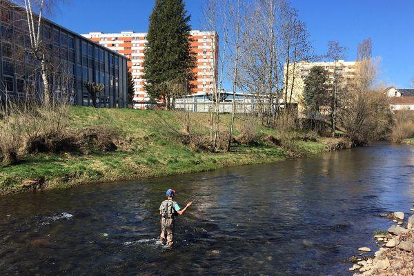 Le street-fishing est un style de pêche qui se pratique en milieu urbain et qui compte des adeptes de plus en plus nombreux. Ici, c'est au coeur d'Aurillac que l'on pêche sur un parcours no-kill.