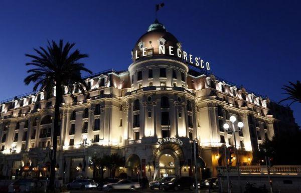 Cet hôtel de la Promenade des Anglais dispose d'un livre d'or avec des signatures célèbres comme Salvador Dali, Louis Amstrong, les Beatles...