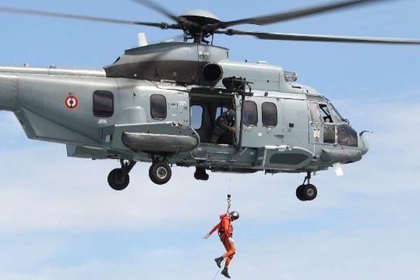 Exercice d'hélitreuillage de la Marine Nationale au large des Côtes finistériennes
