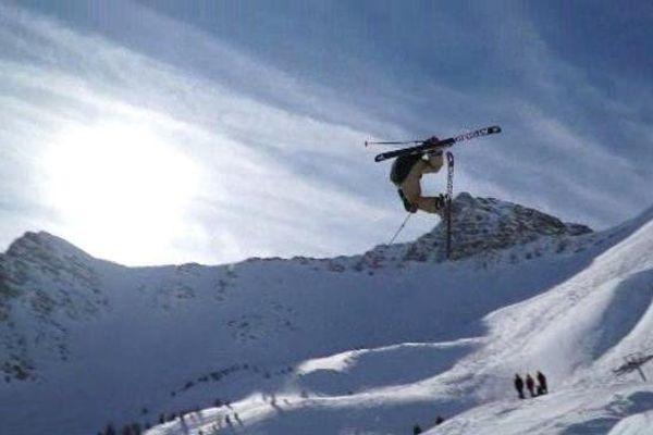 Depuis lundi, à Vars dans les Hautes-Alpes, une soixantaine de jeunes skieurs participent à la 2ème étape du SFR Freestyle Tour.
