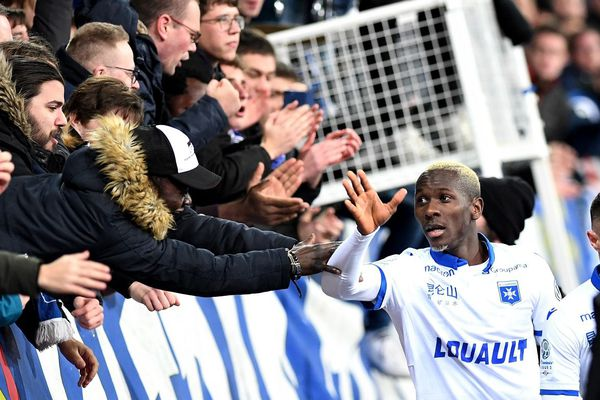 Les joueurs de l'AJ Auxerre ont fêté le maintien en Ligue 2 avec leurs supporters à l'issue du match face à Valenciennes.