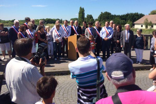 Une minute de silence en hommage aux victimes de l'attentat de Nice a été observée ce dimanche à 12h15 sur le pont des Belges reliant Cabourg et Dives-sur-Mer (Calvados).