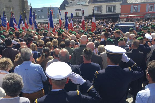 La sortie du cercueil de Cédric de Pierrepont, sous les applaudissements de la foule