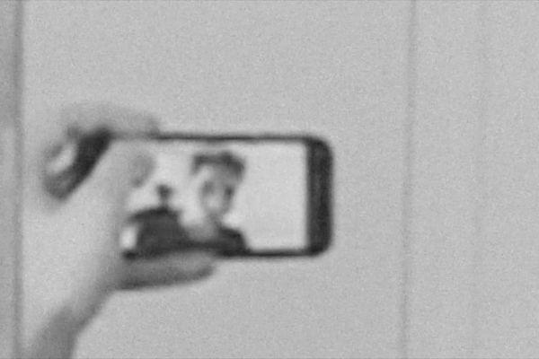 Cette nouvelle version de Fées a été entièrement tournée au smartphone durant la période de confinement.