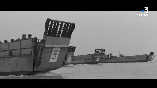 """De ces navires que l'on appelait les L.C.V.P., pour Landing craft vehicle & personnel, déposaient près du rivage des centaines de G.I., décidés à faire tomber """"le mur de l'Altantique"""", les forteresses allemandes construites le long des côtes de la Normandie."""
