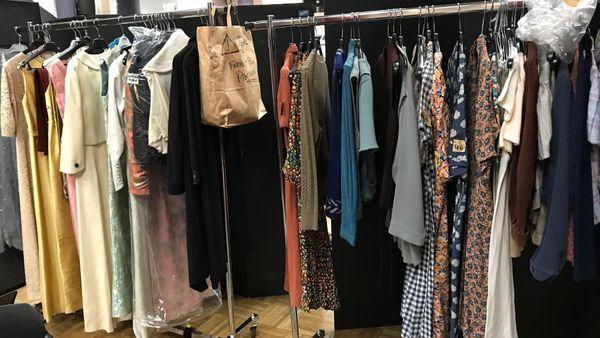 Des vêtements pour les figurantes salle Chepfer à Nancy.