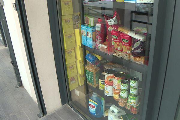 Pâtes, conserves, lessive : les produits longue conservation sont stockés sur cette étagère.