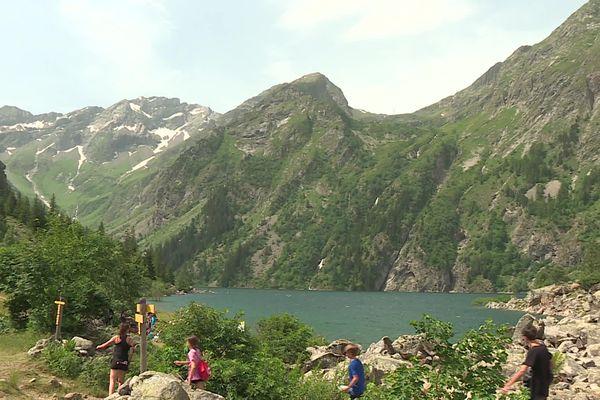 Le lac du Lauvitel est le deuxième site le plus fréquenté du Parc national des Ecrins, en Isère.