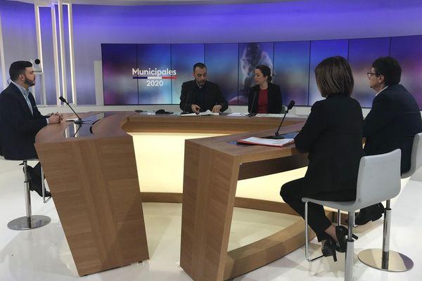 Le plateau de France 3 Lorraine où ont débattu les candidats pour le 1er tour des élections municipales à Hayange.  De gauche à droite : Fabien Engelmann, Fabrice Rosaci, Cécile Soulé, Jean-Marc Marichy et Rébecca Adam.