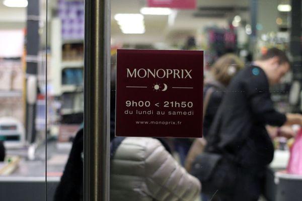 Les 80 magasins parisiens de l'enseigne Monoprix devront baisser leurs rideaux à 21 heures d'ici les prochains jours.
