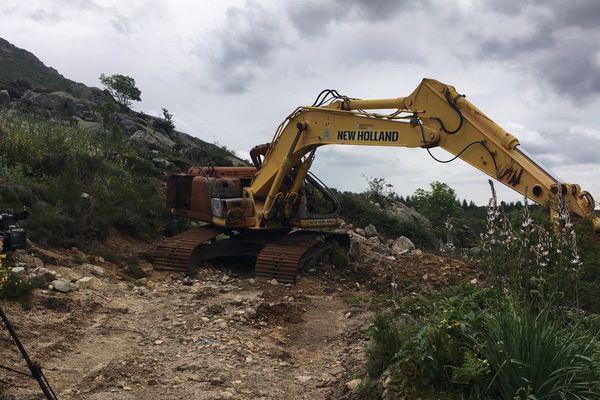 Dans la nuit du 4 au 5 mai 2018 à Tavera (Corse du Sud), la piste DFCI empruntée par les bergers pour les estives a été détruite à coups de pelleteuse.