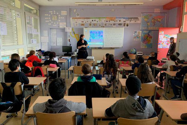 Comme dans toutes les écoles françaises, un instant de recueillement a eu lieu en la mémoire du professeur Samuel Paty, décapité pour avoir présenté une caricature de Charlie Hebdo lors d'une leçon sur la liberté d'expression.