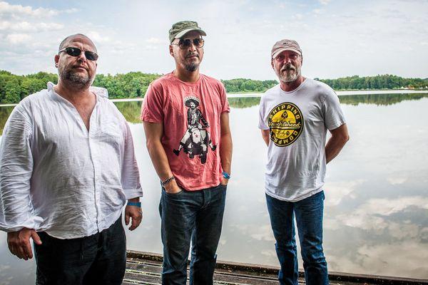 Les Pixies sur le bord de l'étang du Malsaucy aux Eurockéennes