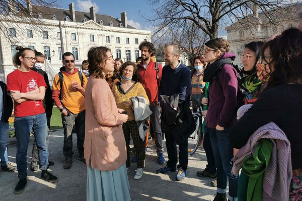 La jeune militante entourée de militants ce vendredi 5 mars, venus la soutenir à l'audience du tribunal administratif de Grenoble