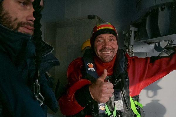 Le skipper Kevin Escoffier en sécurité à bord du navire Nivôse de la Marine Nationale, après voir quitté le voilier de Jean Le Cam