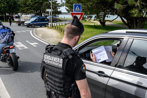 Opération de contrôle à l'entrée de l'Île de Ré par la Gendarmerie Nationale.