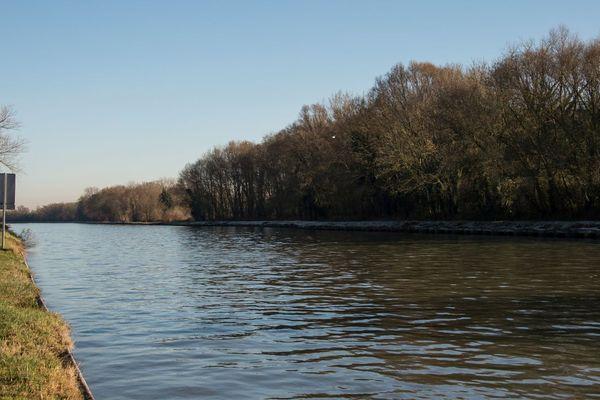 Une partie du canal Seine-Nord déjà aboutie à Aubencheul-au-Bac, près d'Arras.
