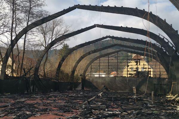 Les ruines de la salle de tennis, qui a entièrement brûlé.