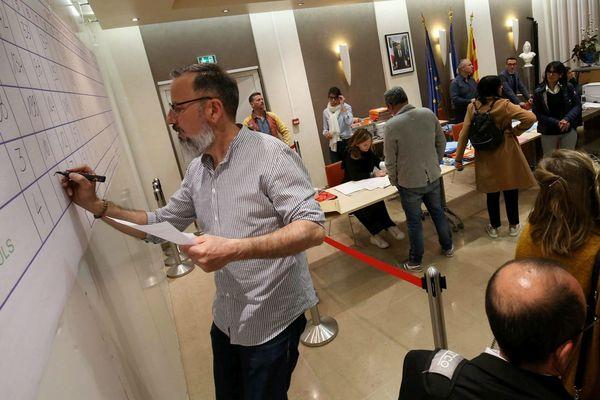Dans un bureau de vote le La Garde dans le Var