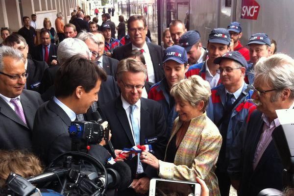 Remise des clefs de la première rame Regiolis à la Présidente de Région de la part d'Alstom.