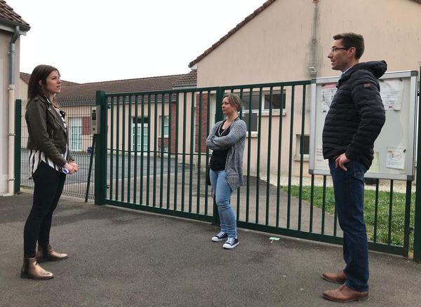 Les parents d'élèves, comme Grégory Arnould à droite, ont rapidement eu le soutien du maire de Conflans-sur-Seine.