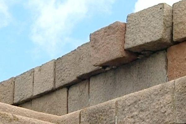Des morceaux de granit ont été descellés par la tempête