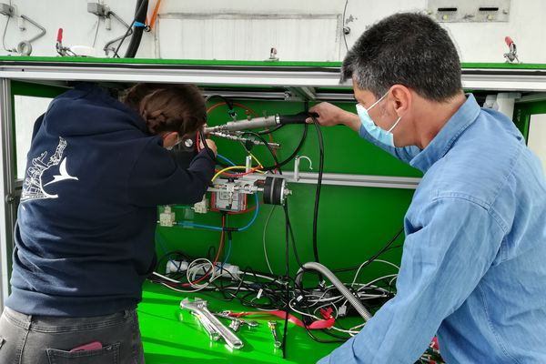 La boîte étanche construite pour embarquer à bord du Fromveur II contient de nombreux appareils de mesure dont un granulomètre. L'outil délivre aux scientifiques la taille des particules en temps réel.