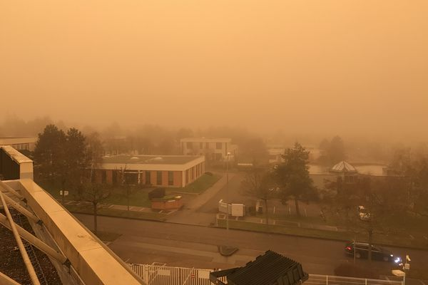 Le 6 février, le ciel à Dijon, au Parc Technologique, était embrumé et surtout, orangé !