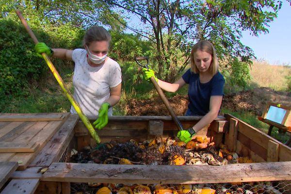 À Amiens, les Recyclettes, Joséphine et Olivia, collectent les déchets organiques chez les restaurateurs pour ensuite en faire du compost