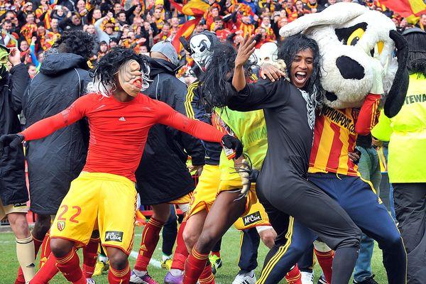 Supporters et joueurs déguisés dansent le Harlem Shake sur la pelouse du Bollaert
