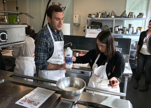 Nicolas, recruteur, et Cécile, la candidate, ont cuisiné côte-à-côte pour apprendre à se connaître.