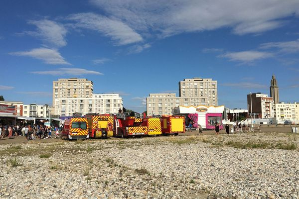 Eté 2020 : pompiers prêts à intervenir, pré-positionnés sur la plage, dans l'axe de l'avenue Foch (Porte Océane)
